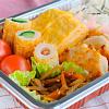 秋の行楽弁当(鶏胸肉のチーズパン粉焼き。竹輪きゅうり。卵焼き。きんぴらごぼう。天かすご飯)。