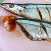 秋刀魚の塩焼き。酢の物。みそ汁。麦ご飯。