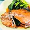 煮魚。キャベツと厚揚げのサラダ。おにぎり。