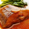 煮魚。キャベツと油揚げのサラダ。みそ汁。ご飯。