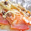 鮭のホイル焼き。コンソメスープ。ご飯。